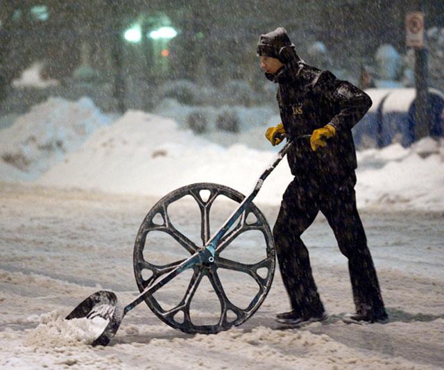 Snow Wolf Wheeled Shovel