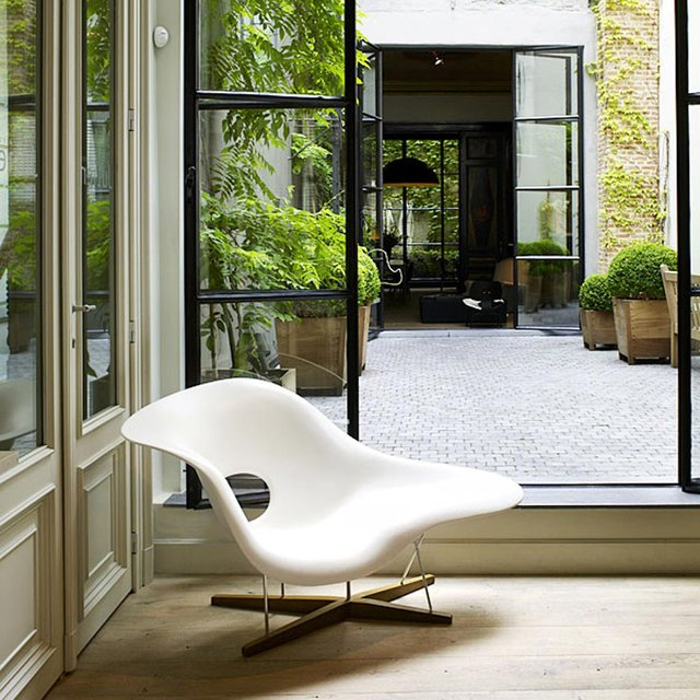 White charles ray eames la chaise petagadget - Chaises charles et ray eames ...