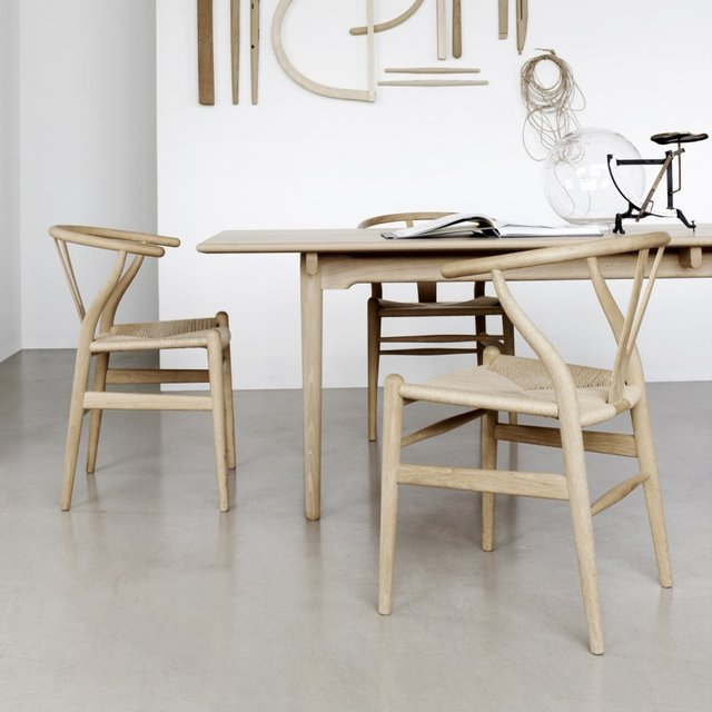 Natural Oak Wishbone Chair by Hans Wegner & Natural Oak Wishbone Chair by Hans Wegner » Petagadget