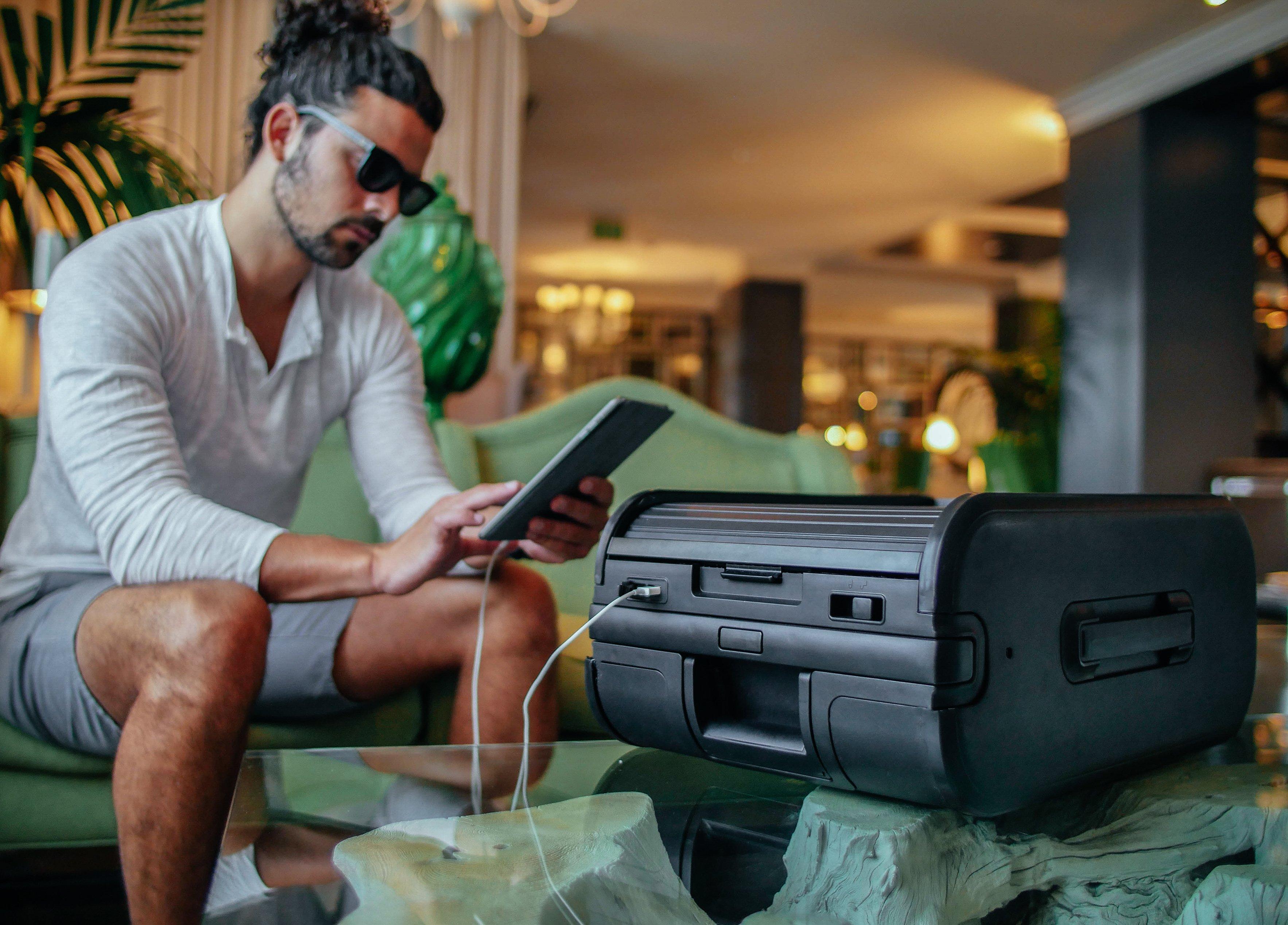 Trunkster Intelligent Zipperless Suitcase