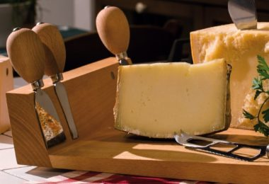Artelegno Solid Beech Wood Cheese Board & 4 Cheese Knives with Magnetic Knife Bar