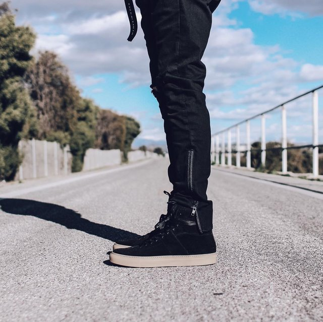 high top roamer / black + gum